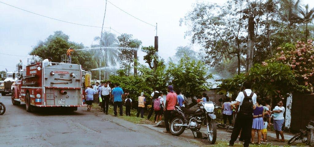Bomberos sofocan las llamas del incendio. (Foto Prensa Libre: Bomberos Voluntarios)