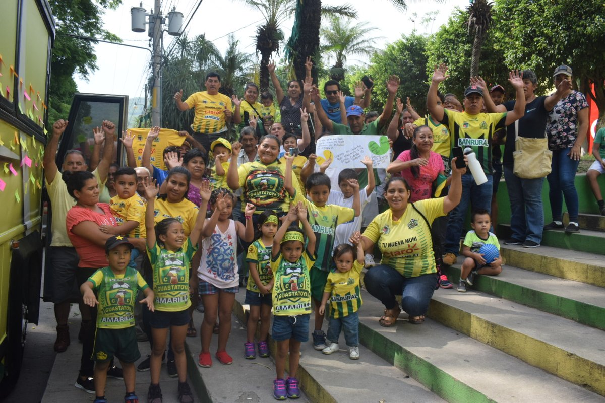 Los aficionados de Guastatoya despidieron al plantel y cuerpo técnico. (Foto Prensa Libre: @CD_Guastatoya)