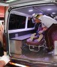 Socorristas durante el traslado de uno de los heridos a un hospital. (Foto Prensa Libre: CBV).