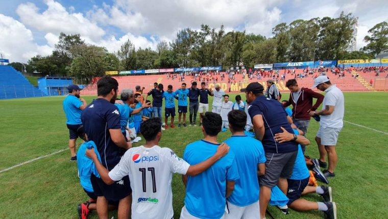 Los jugadores de la especial de Comunicaciones celebran después de consagrarse contra Municipal. (Foto Prensa Libre: Twitter @CremasOficial)