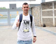 Javier Irazún luce feliz, luego de haber finalizado un entrenamiento en el estadio Cementos Progreso. (Foto Prensa Libre: Francisco Sánchez).
