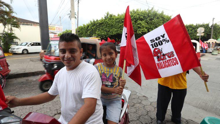 Aficionados de Malacateco portan banderas de su equipo en el municipio de Malacatán, San Marcos. (Foto Prensa Libre: Francisco Sánchez).