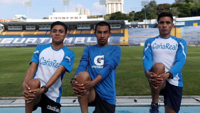 Williams Julajuj (izquierda), Aberto González (centro) y Mario Pacay se preparan para El Medio Maratón de Cobán. (Foto Prensa Libre: Carlos Vicente )