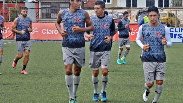 El defensa de Malacateco Wilson Lalín (izq.) buscará su primer título con 'los Toros'. Foto Prensa Libre: Alexánder Coyoy)