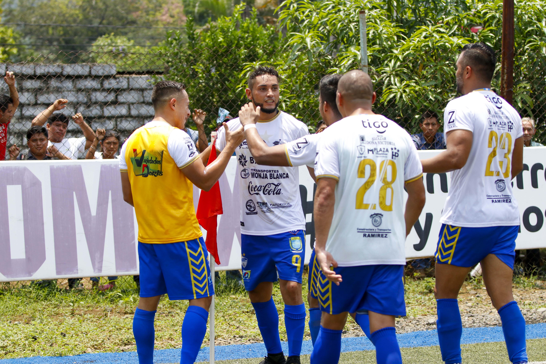 El delantero petenero Edi Danilo Guerra celebra con sus compañeros el empate en Malacatán. (Foto Prensa Libre: Rolando Miranda)