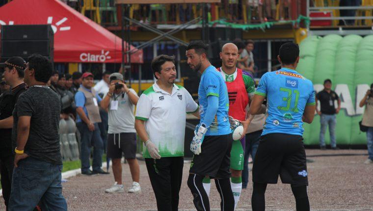 El portero Adrián De Lemos sale expulsado y en su lugar ingresa Luis Morán. (Foto Prensa Libre: Luis López)