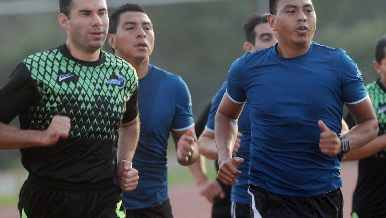 Los árbitros guatemaltecos Mario Escobar y Wálter López impartirán justicia en la Copa Oro 2019 (Foto Prensa Libre: Edwin Fajardo)