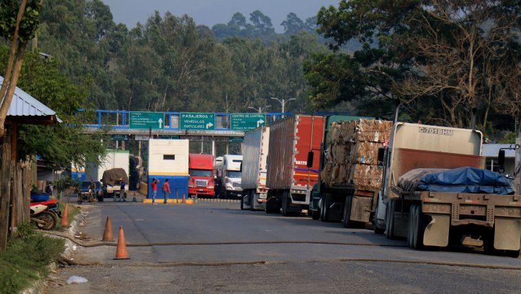 En el puesto fronterizo El Corinto entre Guatemala y Honduras más de 150 medios de transporte con mercancías tuvieron que esperar varias horas para poder hacer las declaraciones. (Foto Prensa Libre: Dony Stewart)