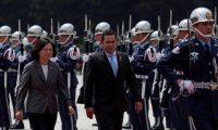 RI3823. TAIPEI (TAIWÁN), 29/04/2019.- La presidenta de Taiwán, Tsai Ing-wen (i), y el presidente de Guatemala, Jimmy Morales (c), revisan la guardia de honor durante una ceremonia de bienvenida este martes, en Taipei (Taiwán). Morales está en Taiwán para profundizar las relaciones entre los dos países. EFE/RITCHIE B. TONGO