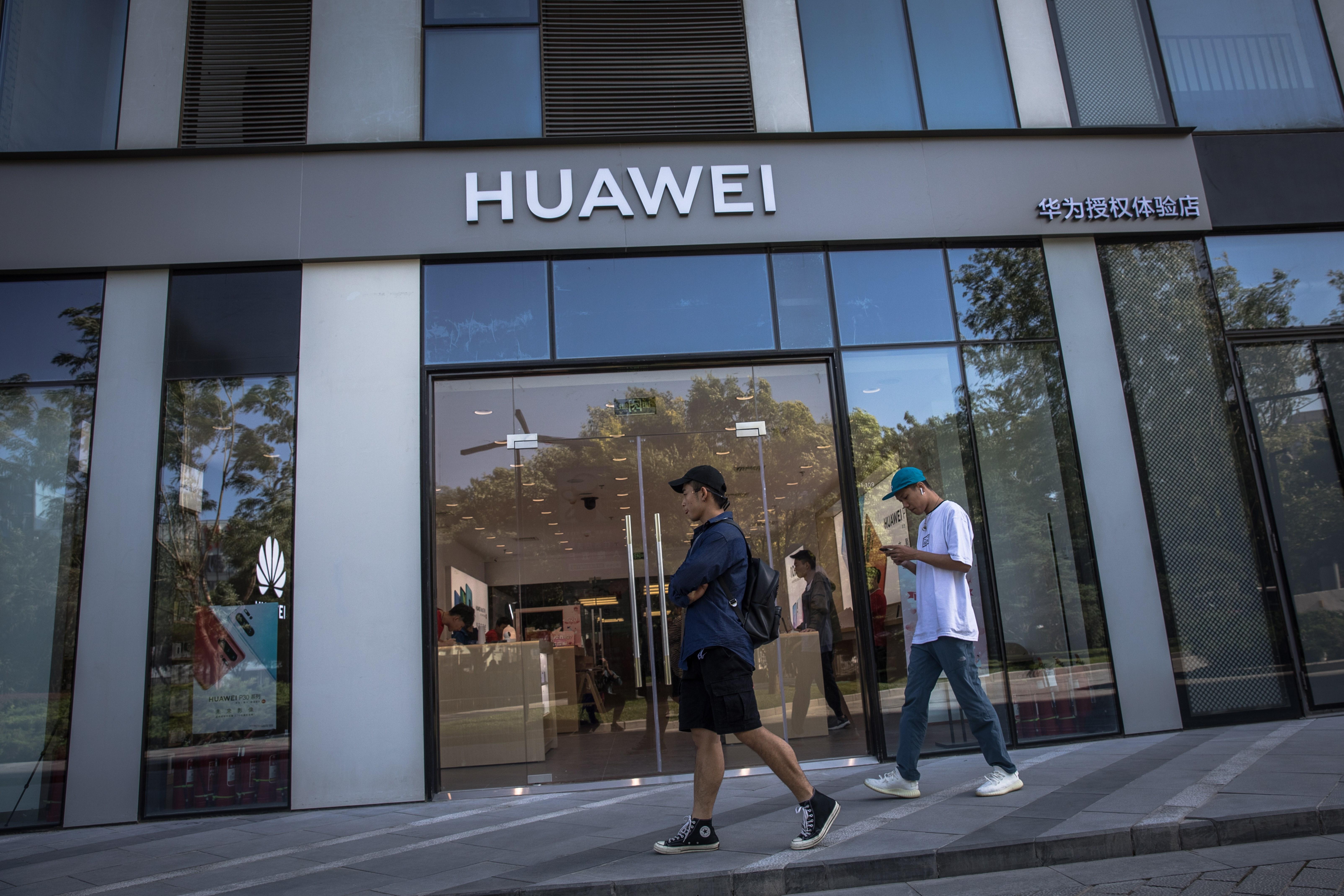Según varios medios como el Global Times, el gigante chino ya trabaja en un nuevo sistema que sustituirá a Android, de Google. (Foto Prensa Libre: EFE)
