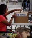 Una mujer en silla de ruedas participa de un simulacro de voto electrónico en el centro de convenciones ATLAPA en ciudad de Panamá. (Foto Prensa Libre: EFE)