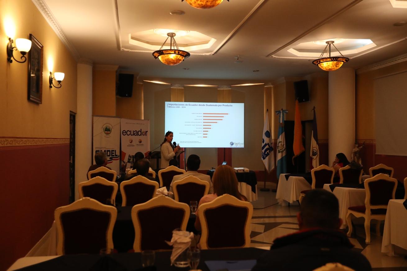 Pilar Neira, consejera comercial, explicó a los asistentes sobre las facilidades y opciones que tienen los guatemaltecos para comercializar con Ecuador. (Foto Prensa Libre: María Longo)
