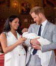 El príncipe Enrique de Inglaterra y la duquesa de Sussex, Meghan Markle, presentan a su hijo recién nacido,( Foto Prensa Libre: EFE)
