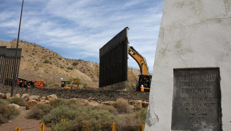 Son varios propietarios, fanáticos de Donald Trump, que han comenzado a construir sus propios muros en la frontera. (Foto Prensa Libre: EFE)