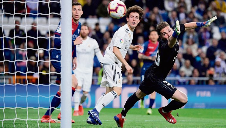 Real Madrid's French goalkeeper Luca Zidane (R) fails to stop a goal during the Spanish League football match between Real Madrid CF and SD Huesca at the Santiago Bernabeu stadium in Madrid on March 31, 2019. (Photo by JAVIER SORIANO / AFP)