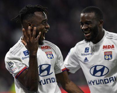 Jugadores del Lyon festejan después de haber vencido 4-0 al Caen. (Foto Prensa Libre: AFP).