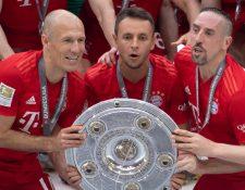 Arjen Robben, Rafinha y Franck Ribery, celebran con el trofeo de campeones de la Bundesliga con el Bayern Múnich. (Foto Prensa Libre: AFP).