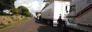 Para pasar la aduana de Pedro de Alvarado aún hay filas de contenedores. (Foto, Prensa Libre: Catransca).