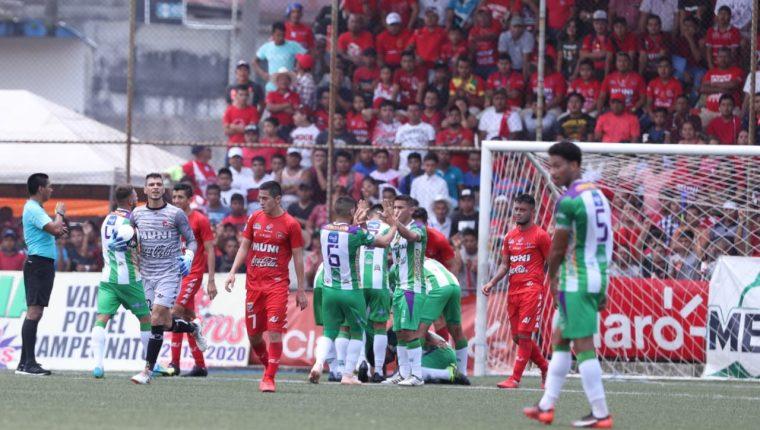 Los jugadores de Antigua celebran la anotación de Alejandro Galindo. (Foto Prensa Libre: Francisco Sánchez).
