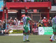 El mediocampista de Antigua GFC Alejandro Galindo celebra la anotación del triunfo de su equipo en Malacatán. (Foto Prensa Libre: Luis López)