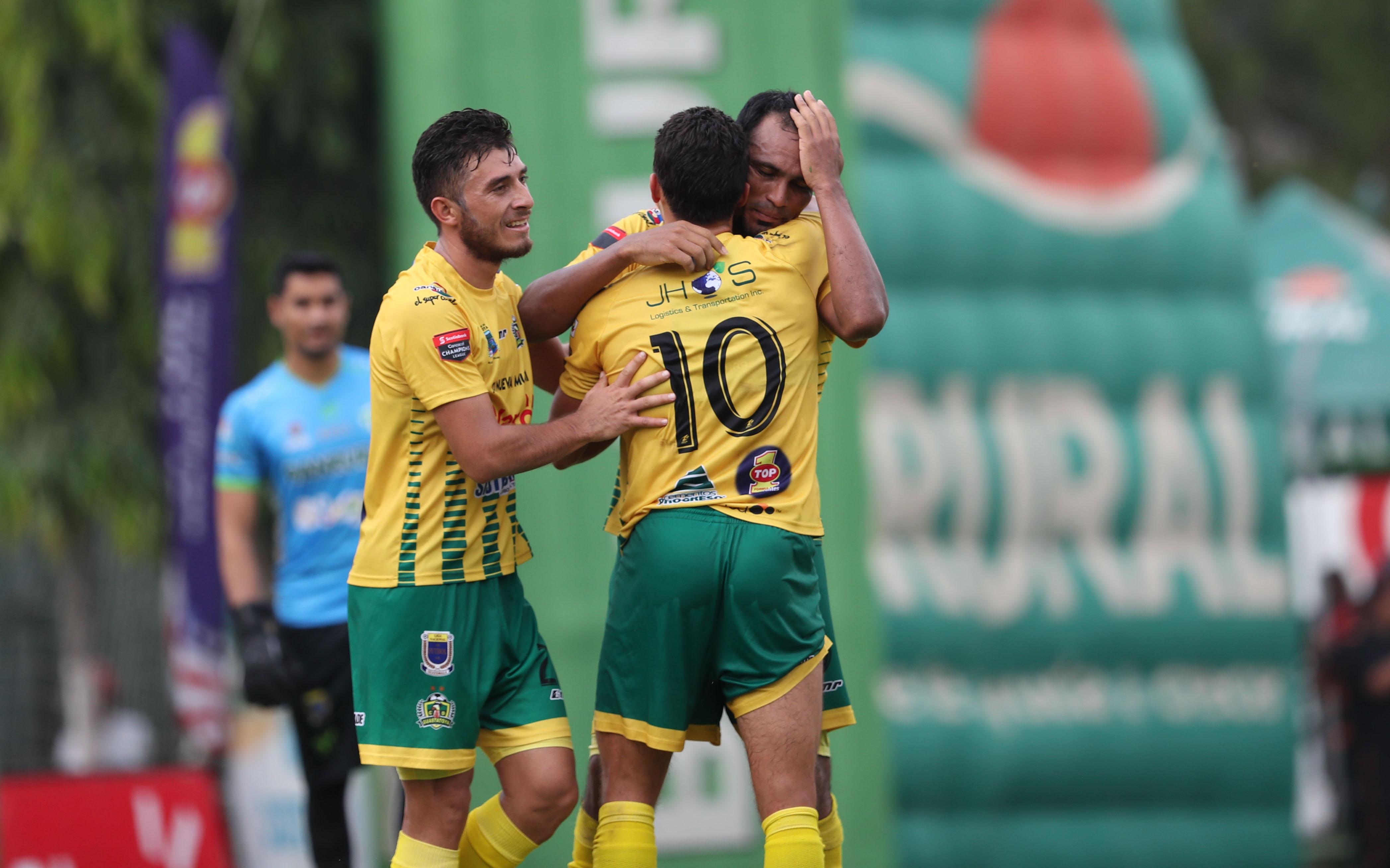 Ángel Rodríguez festeja con sus compañeros después de anotar el gol del triunfo. (Foto Prensa Libre: Francisco Sánchez)