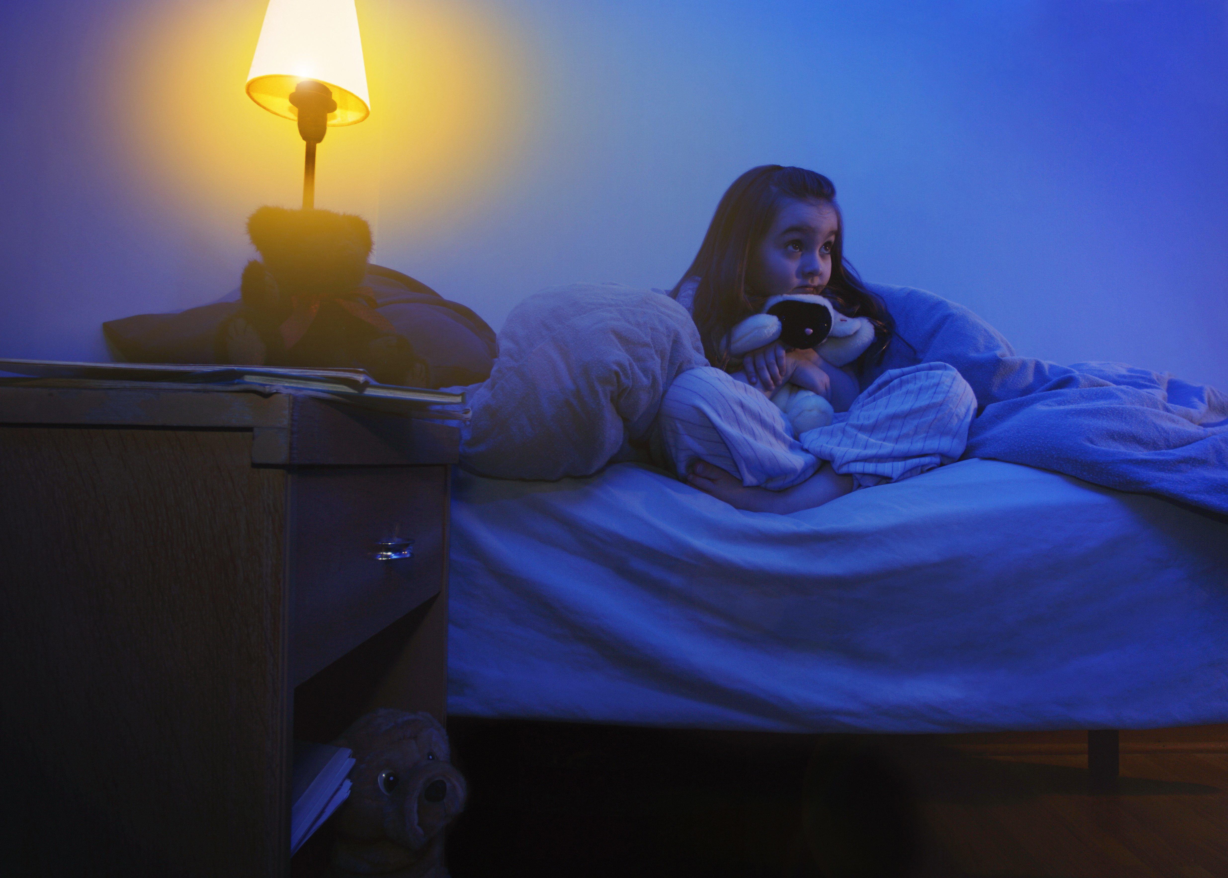 A veces una luz nocturna puede ayudar a quitarle el miedo a los niños. (Foto Prensa Libre: Design Pics/dpa-tmn)