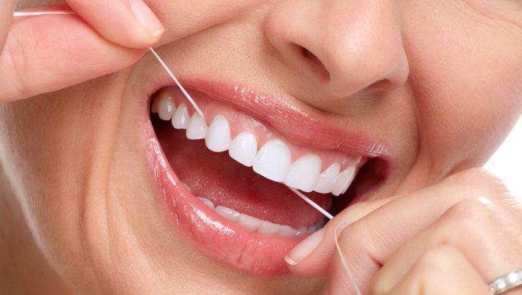 El uso regular del hilo dental remueve la placa. Además, también ayuda a prevenir la caries y reducir el riesgo de desarrollar enfermedad de las encías. (Foto Prensa Libre: Servicios)