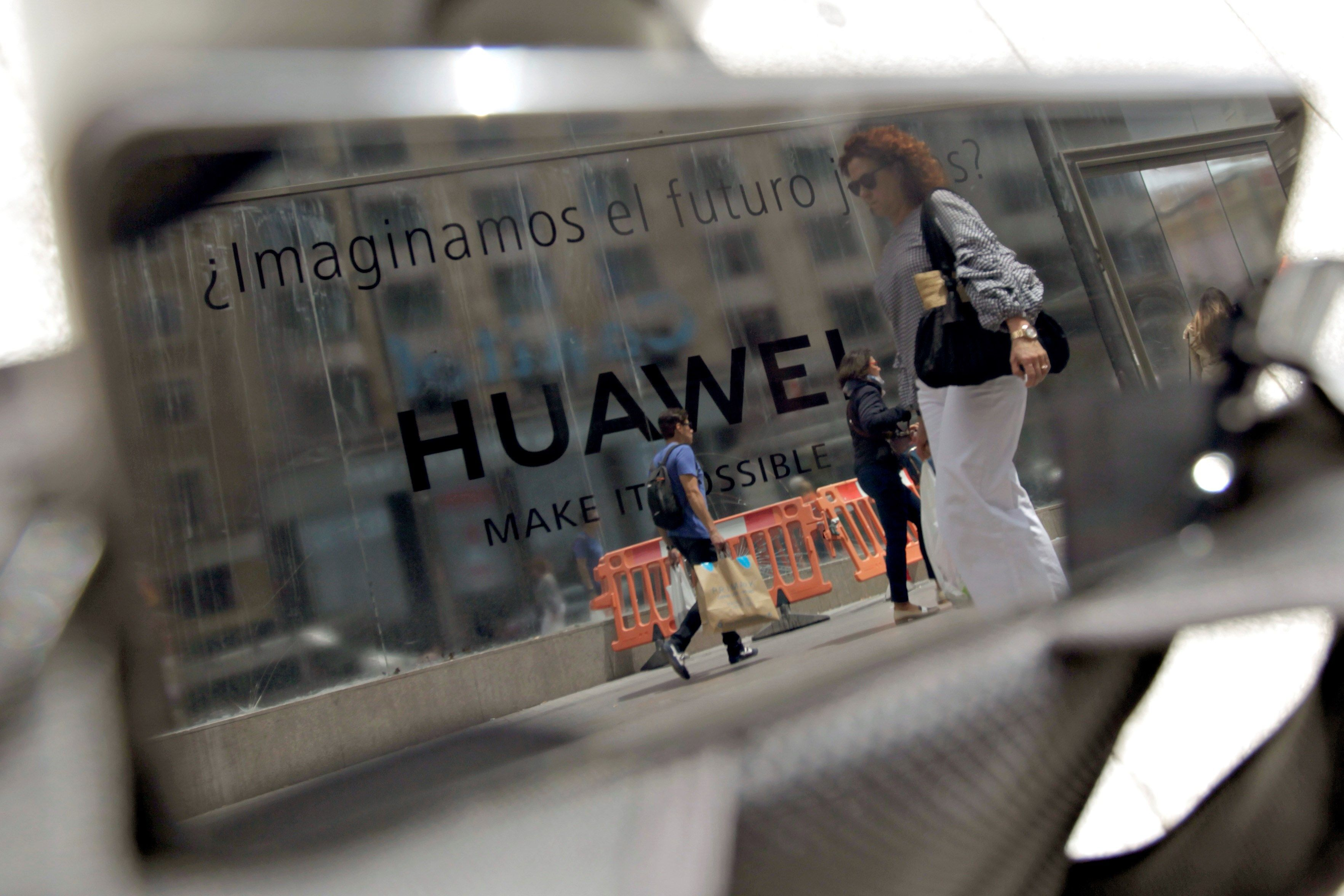 La empresa Huawei mantiene el lanzamiento de su primer móvil con pantalla plegable, para junio, pese al anuncio de Google y otras tecnológicas estadounidenses de dejar de vender componentes y software al gigante chino. (Foto Prensa Libre: EFE)