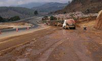 """La lluvia del pasado 8 de mayo inundó una parte del Libramiento de Chimaltenango, una obra que el Gobierno califica de """"sin precedentes"""". (Foto Prensa Libre: Víctor Chamalé)"""