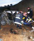 Bomberos Municipales Departamentales de El Tejar trabajan en el rescate de un joven que fue víctima de un accidente de transito en el Libramiento de Chimaltenango. (Foto Prensa Libre: Víctor Chamalé)