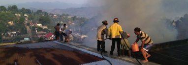 Bomberos Voluntarios controlan incendio en casa en Cobán. (Foto Prensa Libre: Eduardo Sam).