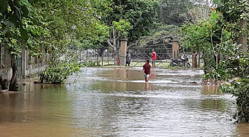 Poblador camina en una de las áreas inundadas en Nueva Concepción. (Foto Prensa Libre: Enrique Paredes).