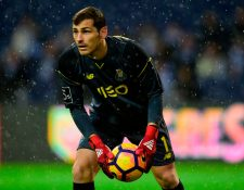 Iker Casillas presenta mejorías, aunque deberá esperar a saber si podrá volver a jugar. (Foto Prensa Libre: EFP)