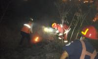 Bomberos trabajaron unas tres horas para controlar incendio forestal que amenazaba viviendas en la zona 11 de Mixco. (Foto Prensa Libre: Conred).