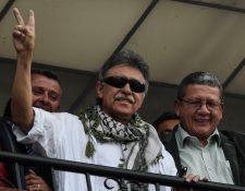 El miembro colombiano del Partido Político de las FARC, Jesús Santrich, saluda a los partidarios luego de ser liberado en Bogotá. (Foto Prensa Libre: AFP)