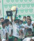 José Manuel Contreras junto a sus compañeros de equio con el trofeo de campeón del Clausura 2019. (Foto Prensa Libre: Francisco Sànchez)