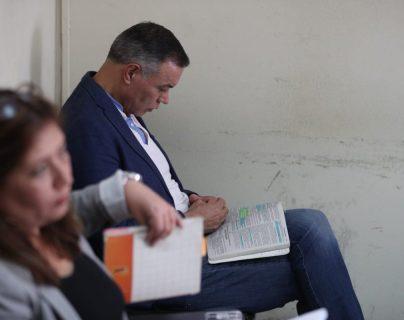 El expresidente del IGSS, Juan de Dios de la Cruz Rodríguez estuvo leyendo durante la audiencia. (Foto Prensa Libre: Carlos Hernández)