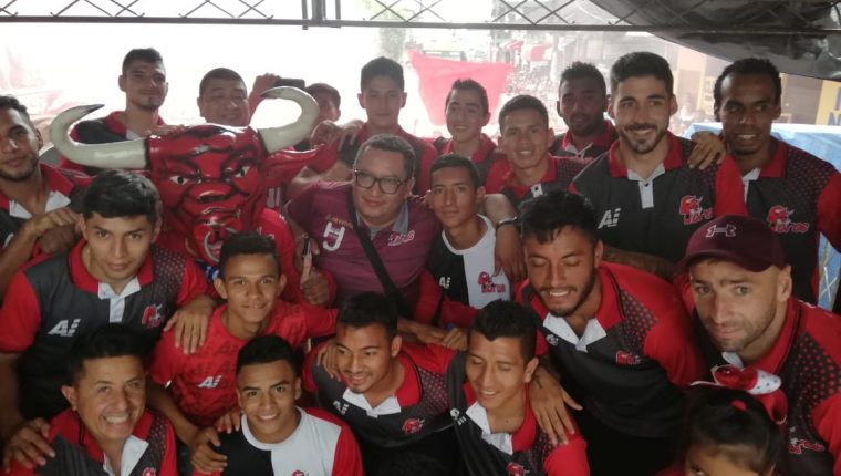 Los jugadores de Malacateco comparten con los aficionados su clasificación a la gran final. (Foto Prensa Libre: cortesía Amir Cifuentes)
