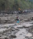 El material que baja del Volcán de Fuego en varias ocasiones ha dejado aisladas varias comunidades asentadas en las cercanías del coloso. (Foto Prensa Libre: Hemeroteca PL).