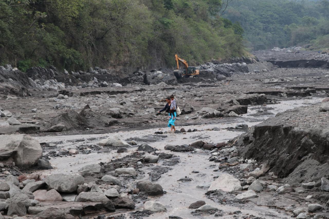El material que baja del Volcán de Fuego ha dejado aisladas varias comunidades asentadas en las cercanías del coloso. (Foto Prensa Libre: Hemeroteca PL).