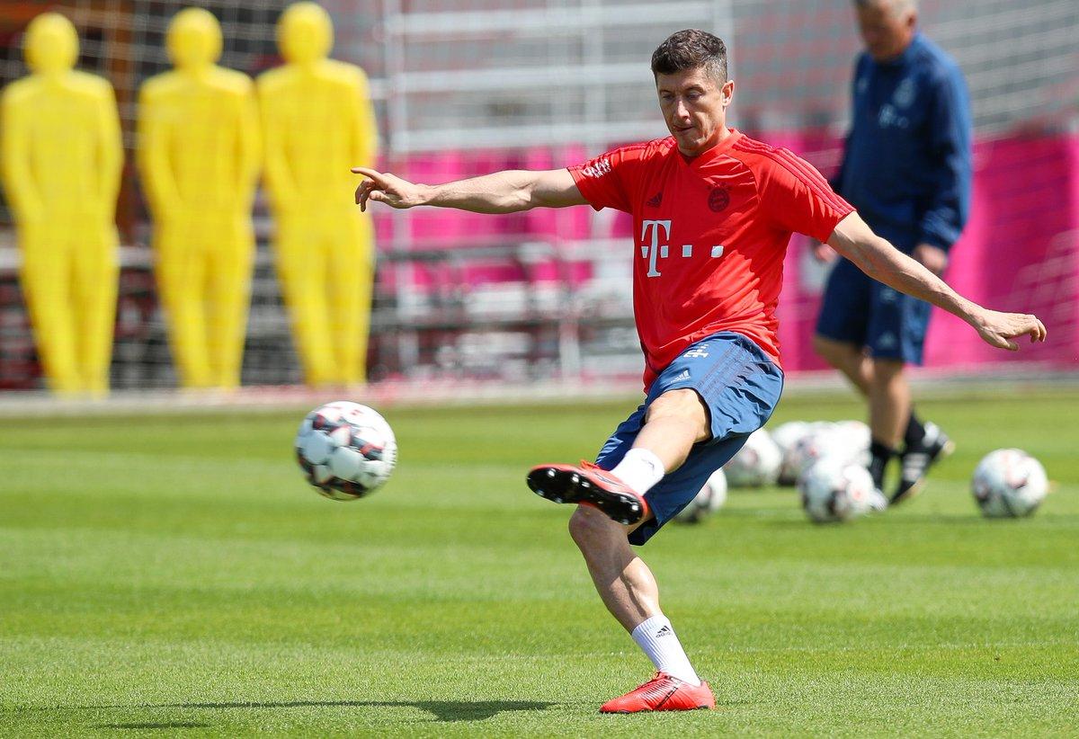 Robert Lewandowski, durante el entrenamiento del Bayern Múnich. (Foto Prensa Libre: Twitter @FCBayernES)