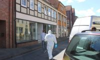 EPA3005. WITTINGEN (ALEMANIA), 13/05/2019.- Agentes de policía caminan hacia un edificio, este lunes en Wittingen (Alemania). La Policía alemana investiga las muertes de cinco personas, tres de ellas halladas en una pensión de Passau atravesadas por flechas disparadas por una ballesta y las otras dos aparecidas sin vida en la vivienda de una de esas víctimas, en circunstancias no aclaradas. EFE/ Holger Boden