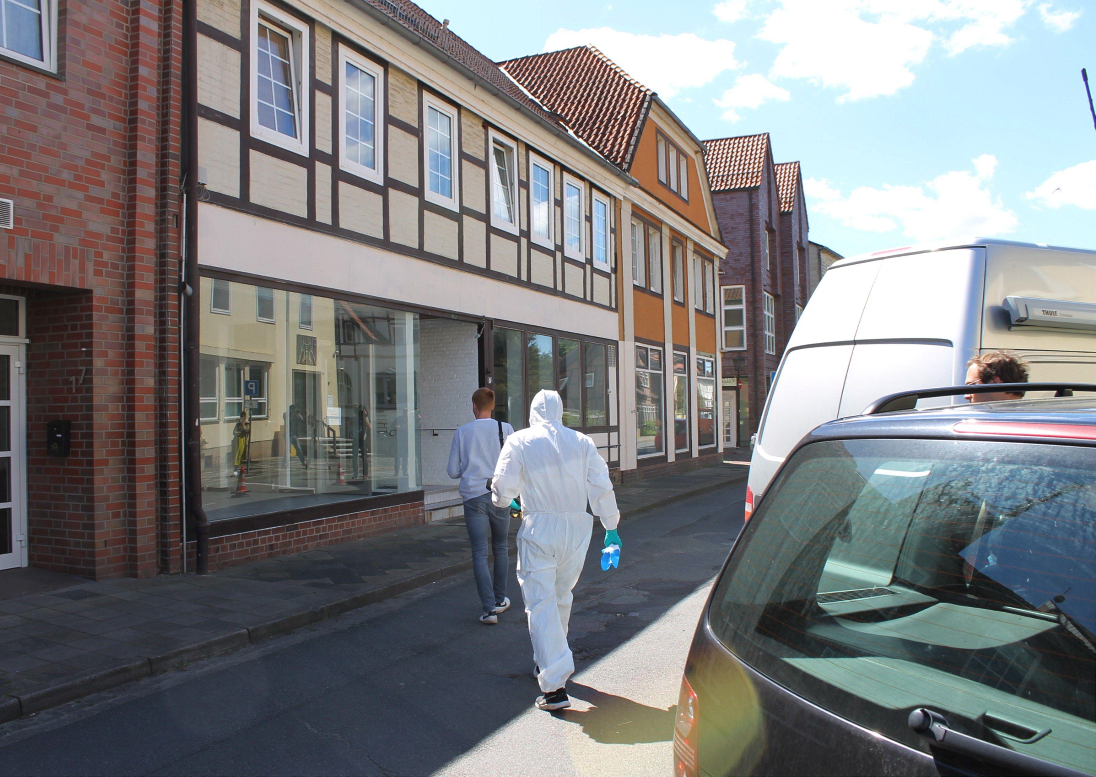 La Policía alemana investiga las muertes de cinco personas, tres de ellas halladas en una pensión de Passau atravesadas por flechas disparadas por una ballesta y las otras dos aparecidas sin vida en la vivienda de una de esas víctimas, en circunstancias no aclaradas. (Foto Prensa Libre: EFE)