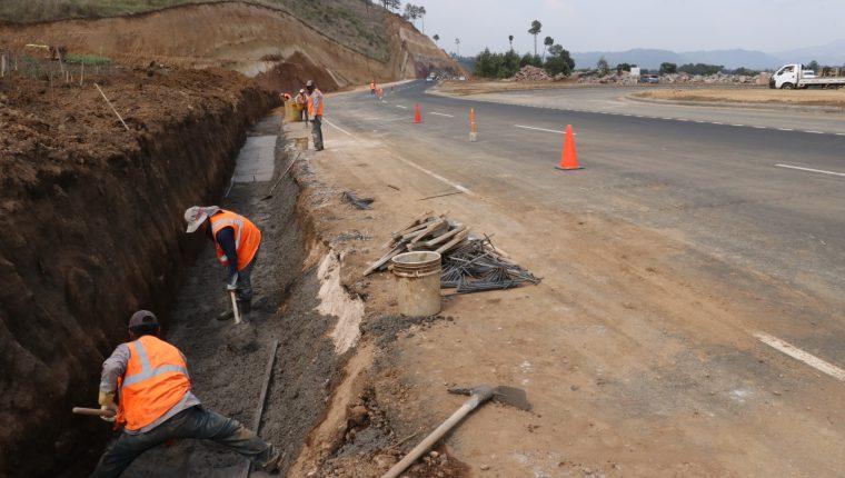 Trabajadores sigue en la construcción de una cuneta en el lugar donde se inundó el Libramiento de Chimaltenango. (Foto Prensa Libre: Víctor Chamalé)