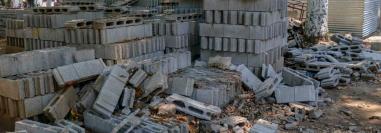 Parte del material de construcción que permanece abandonado en el parque infantil en Retalhuleu. (Foto Prensa Libre: Rolando Miranda).
