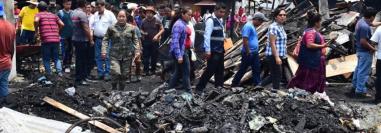 Comerciantes y autoridades hacen un recorrido por los locales destruidos por el fuego. (Foto Prensa Libre: Héctor Cordero).
