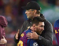 El técnico alemán del Liverpool, Jurgen Klopp, saluda al delantero argentino del FC Barcelona, Leo Messi, (Foto Prensa Libre: EFE)