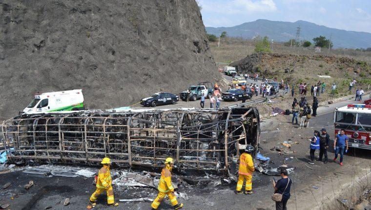 Servicios de emergencia trabajan en el rescate de cuerpos víctimas del choque en Coatzacoalcos, Veracruz. (Foto Prensa Libre: AFP)