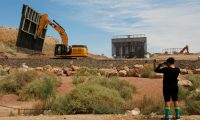 Maquinaria y operarios trabajan en la instalación del muro privado entre Nuevo México y Texas. (Foto Prensa Libre: AFP)