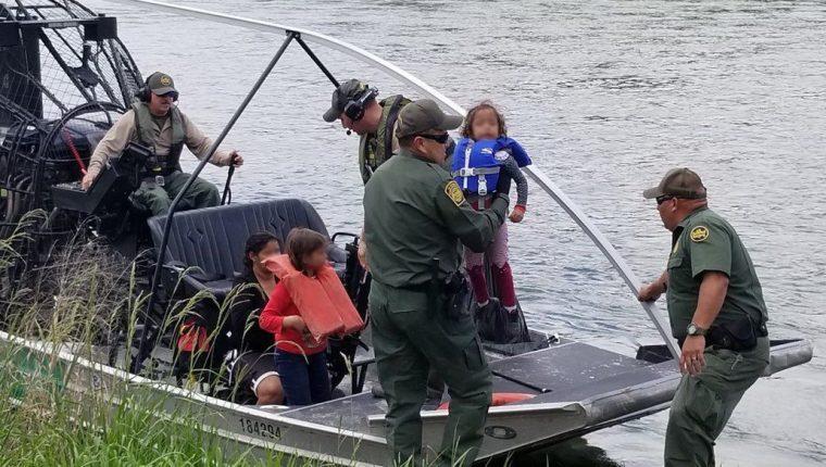 Una niña es rescatada del Río Grande por guardias de la Patrulla Fronteriza. Miles de menores de edad han migrado a EE. UU. este año, principalmente de Guatemala. (Foto: CBP)